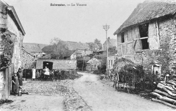 Solwaster en 1925 : quartier du Vinave  A droite du poteau : la « Laiterie Coopérative de La Hoëgne » et au niveau de la charrette : « l'étable au loup »