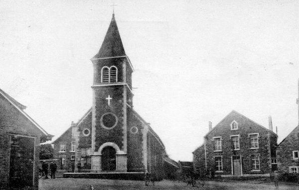 Solwaster en 1930 : A droite de l'église, l'école du village construite en 1844 (c.p)