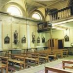 L'intérieur de la chapelle de l'ancien hospice Saint Charles. Différentes statues polychromes avec leur socle mural sont de très beaux témoins du 19ème siècle. Les quatorze tableaux du chemin de croix sont très anciens.