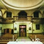 L'intérieur de la chapelle de l'ancien hospice Saint Charles. Le jubé est une vaste tribune, protégée par une balustrade en bois. Il surplombe une partie du sanctuaire et est accessible par l'étage supérieur.