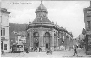 Le tram aux abords du Pouhon
