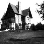 """Point N°14.<BR>Villa """" Marie-Thérèse """" (à gauche) avec son gros érable argenté au milieu de la pelouse."""