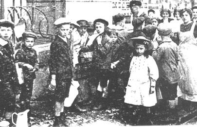 En 1915, à la sortie des écoles, les jeunes spadois allaient faire le plein de pouhon.