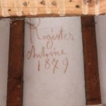 Inscription peinte entre les chevrons de la charpente.