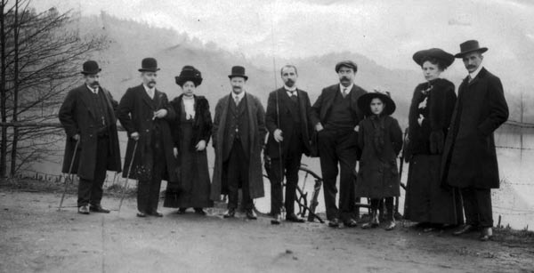 La photo date de 1909. Elle a été prise au lac de Warfaaz. De gauche à droite : MM. Jonas Fléron, Culot, Mme L. Rogister, Julien Rogister, Alphonse Richard, Amédée Hesse, Julia Rogister, L. Legrand et Oscar Legrand (mes grands-parents maternels).