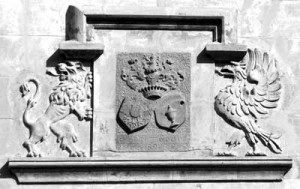 Armoiries de la famille d'Artet – Godin, visibles sur la façade ouest du château (photo G. Legros)  Devise : Agere et obloduentes despicere  (Bien faire et laisser dire)