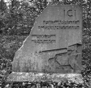 la borne souvenir placée entre la piste de ski du Thier des Rexhons et la source de la Géronstère.  « Ici fut arrêté l'envahisseur. Hiver 1944-45 »