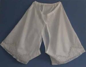 """Les botteresses portaient les fameuses """"culottes fendues"""" qui leur permettaient d'uriner debout sans devoir enlever jupes et jupons."""