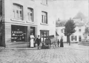 1913 : Félix Boland devant sa boulangerie située dans le bas de la rue Brixhe (photo collection Y. Orval)