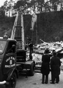 1976 : le bûcher au milieu du parc de 7 Heures. On voit les rahisses, l'échelle des pompiers, le grand mannequin et les membres de la Belle Equipe en frac.