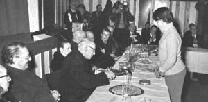 1981 : Fête organisée dans la salle de Nivezé pour le départ à la retraite de l'abbé Lespire. Chantal Pottier remet le cadeau de la Communauté au 5e curé de la paroisse. (photo collection D. Jérôme)