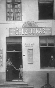 on aperçoit Jonas Fléron (1871-1935) à la fenêtre, son épouse Marie Dessein (1873-1935) donnant la main à leur fils Edouard Fléron (1900-1970).