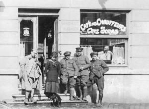 Des transformations ont été effectuées au niveau de la porte et des fenêtres. On y voit Alexina Fléron entourée d'un soldat et de chauffeurs. Alexina (normalienne à Verviers en 1918 ) semble regarder le petit chien assis à ses pieds.