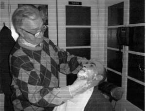 Photo prise à l'occasion de la retraite de Camille. Raymond Desonay le remercie d'avoir pris soin de sa barbe et lui souhaite une toute bonne année 2003.
