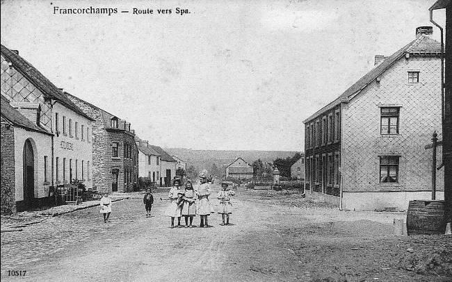 1910: carrefour principal du village de Francorchamps. A gauche, l'hôtel Moderne et à droite, l'hôtel Lenders, en arrière-plan une des 3 fontaines du village