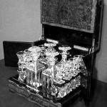 Une cave à liqueurs estampillée « Tahan Paris » : il s'agit d'un petit meuble destiné à recevoir verres et bouteilles de liqueur.