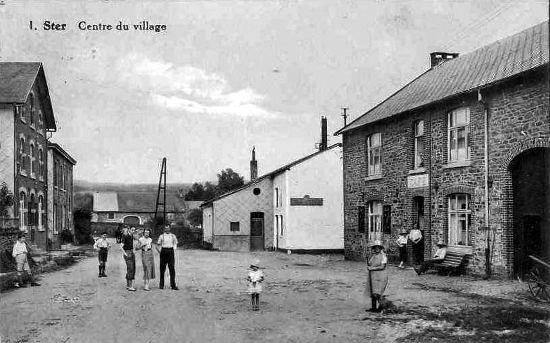 Carte postale : 1930 : Au centre, la laiterie (bâtiment blanc) et à droite, le café-salle-épicerie d'Emile Thomas