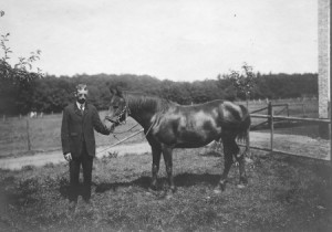1913 : Julien Jérôme et son cheval Bijou devant sa ferme à Préfayhai