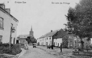 1909: La rue principale du village avec un des 10 réverbères à pétrole et une des 3 fontaines publiques  Derrière la fontaine la boulangerie Legrand