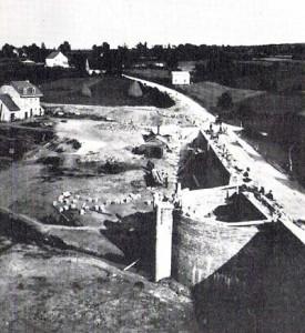 La ferme Laurent dans le barrage du lac de Warfaaz en construction. On peut voir le déversoir.