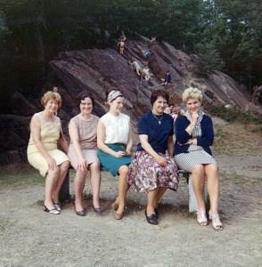 Les dames qui organisent une promenade avec les enfants du catéchisme pouvaient bénéficier d'un banc. on pouvait voir de gauche à droite : Mme Gillet (femme du directeur de l'ancienne école catholique, rue de la Sauvenière), Marie-Louise Meunier, Marthe Marquet, Marlène Duchêne, Mme Yvonne Brodure.