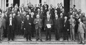 1920 : Sur le perron du château de la Fraineuse. 1er rang avec un papier en main Alexandre Millerand, à sa gauche David Lloyd George. (Extrait de « 150 Ans d'Histoire de Spa », Georges Spailier)