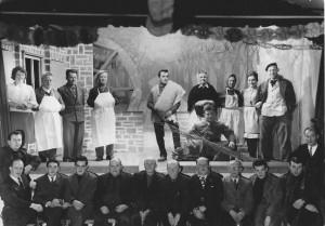 Desnié en 1960:«Li madone dè molin» (photo collection Raymond Goffin) Photo de la page précédente: «Li madone dè molin» (photo collection Raymond Goffin) on peut voir S. Schmitz, I. Legrandhenri, A. Dohogne, A. Demaret, A. Adrien, S.
