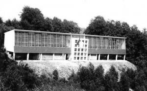 Dortoir de la colonie « De Sinjoorkens », longueur de la façade : 52 m (carte postale). Construit en 1953 sur la colline boisée dominant Hoctaisart.  Rénové il y a peu par des particuliers. Une partie de ce bâtiment peut être louée comme gîte de vacances