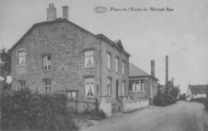 La troisième école de Nivezé, avenue Jean-Baptiste Romain, dans sa configuration de 1930  (carte postale collection M. Hans)