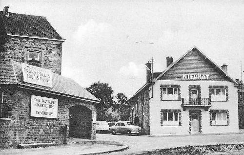 Carte postale: 1955 : A gauche, l'école communale et les premiers locaux de l'école d'agriculture. A droite, l'internat de l'école d'agriculture
