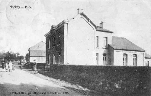 Ecole communale de Hockai vers 1910. A l'arrière-plan, l'hôtel Beau-Séjour