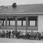 Printemps 1965, les maternelles posent devant le nouveau bâtiment (photo collection M.-T. Jérôme)