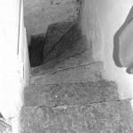 Les escaliers pour descendre à la cave ainsi que le sol sont recouverts de grandes dalles de schiste.