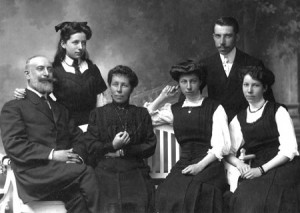 La famille d'Artet-Godin en 1910 (photo collection X. Coibion) Le père : Georges d'Artet, Yvonne, la mère : Emma Godin, Georgina, Paul, Emma
