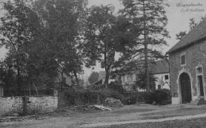 Sur la  droite, une ferme datant du milieu du 18e siècle (carte postale) Lors de l'inondation d'août 1969, l'eau arrivait au niveau du seuil de la porte d'entrée