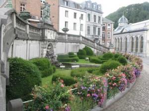 La fontaine monumentale fleurie avec en arrière plan le pouhon Pierre le Grand