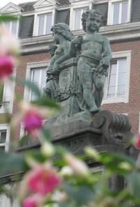La fontaine monumentale fleurie : au centre, deux enfants nus debout.