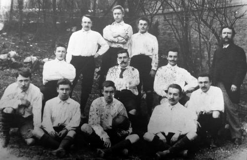 L'équipe de football de 1895. Marcel LEBOUTTE se trouve debout, au milieu du dernier rang, entre deux autres jeunes joueurs ; il fut pharmacien à Spa et radiologue, né à Spa le 10 mai 1879, décédé accidentellement à La Gleize le 6 décembre 1976, célibataire. à (l'extrême) droite,  c'est le père de Marcel Leboutte, à savoir Jean Henri LEBOUTTE, qui était pharmacien à Spa, Président de la Société « Spa-Attractions », Membre de la Commission des Sites, Trésorier du Conseil de  Fabrique de l'Eglise de Spa,  né à Theux le 28 mai 1851, décédé accidentellement à Spa (sur la route du Lac de Warfaaz) le 14  septembre 1921 ; il épousa à Spa le 9 mai 1878  Edith Victoire Lambertine Gérardine LEZAACK  née à Spa le 18 août 1853,  y décédée  le 9 février 1935.