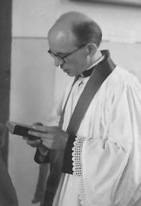 1954 : L'abbé Georges Lespire lors d'une cérémonie de baptême