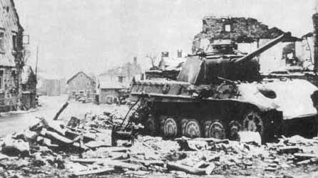 Fin décembre 1944, la grand rue de La Gleize en ruine