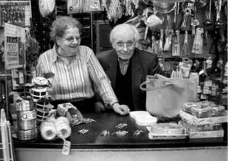M et Mme Henrard dans leur quincaillerie de la place Verte à Spa.