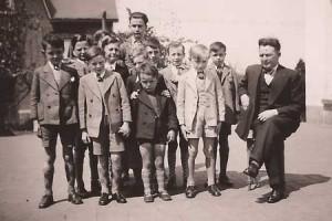 1938 : les garçons de la classe de Monsieur Tefnin (photo collec. Georgette Gernay) ?   ,   ? Pierre Tefnin, Raymond Jérôme, Gérard Jérôme,   ?  , Arthur Michel, Ivan Gernay,   ? ?   , Jean-Jacques Tefnin, Georges Cécius
