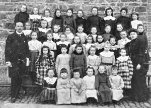 1909 : M. Bodeux et Melle Fléron avec leurs élèves (photo) Parmi ceux-ci : Hélène Gernay et Maria Jérôme (2e rang) et Alice Torfs (4e rang)