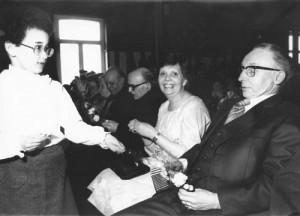 1979 : Salle l'Aurore à Nivezé, fête à l'occasion du départ à la retraite de Monsieur Micha (photo collection M.-T. Jérôme) Pascale Helman, Emile Jérôme, l'Abbé Georges Lespire, Denise Micha-Compère, Jean Micha