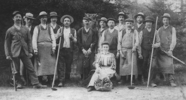 1910 : Les jardiniers, ouvriers et gardes-chasses du domaine du Haut-Neubois Justine Gernay est assise, derrière elle Henri Pironet, contre le cheval Michel Gernay son frère (photo collection A. Gernay)