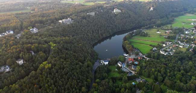 Vue aérienne du lac de Warfaaz (source : http://www.parafly.be - 2012)