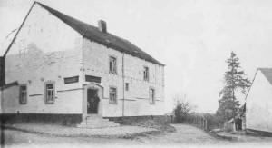 1900: La maison Lespire (carte postale) Cette maison bourgeoise du 16e siècle, de style Gothico-Renaissance, est dénommée «As hôts ègrés». Elle a été partiellement détruite lors de l'incendie de 1615. Restaurée peu après, on la suréleva d'un étage.