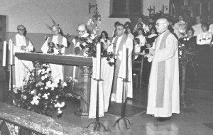 1981 : Messe célébrée dans l'église paroissiale de Nivezé à l'occasion du départ à la retraite de l'abbé Georges Lespire (photo collection D. Jérôme)