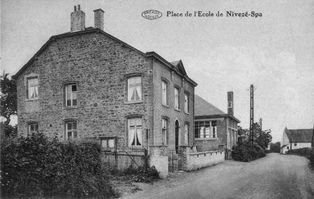 1933: L'école de Nivezé (carte postale)