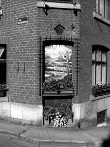 La fresque sur la maison de M. Loo au coin de la rue Deleau et de la rue Sandberg.